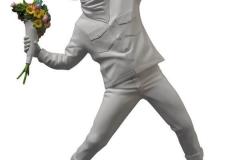 Statuettee vue de profil - Banksy Flower Bomber