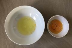 Séparer délicatement les blancs des jaunes d'oeufs et réserver les blancs au réfrigérateur - Recette Cake façon Savane