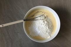 Mélangez le tout énergiquement, ajoutez farine et levure - Recette Cake façon Savane