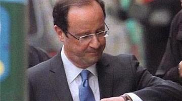 François Hollande regarde sa montre