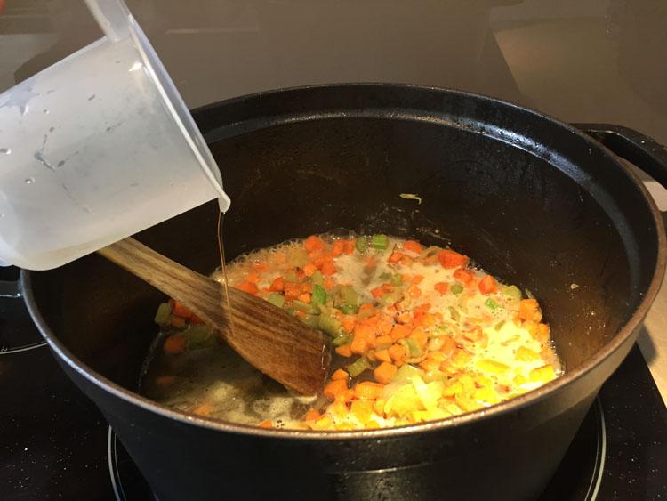 Ajoutez 30 cl de vin blanc sec - Osso Bucco Veau
