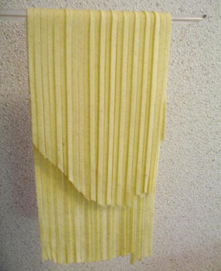 Astuce séchage des pâtes : fariner le support pour ne pas qu'elles collent