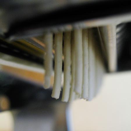 Découpe pâte à la sortie du rouleau