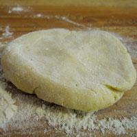 Boule de pâte aplatie après repos