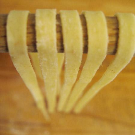 Pâtes qui sèchent sur le séchoir